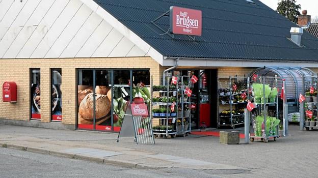 På butiksruderne er der nu billeder, der fortæller lidt om, hvad der er inde i butikken som eksempelvis frisk grønt og friskbagt brød. Foto: Niels Helver Niels Helver