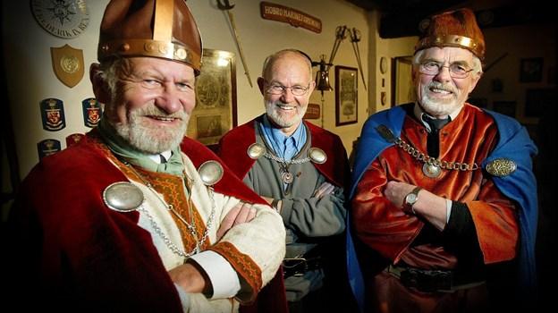 Preben Andreasen (til højre) deltog i Hobros berygtede togt til London i 1980, hvor lokale vikinger geninvaderede den britiske hovedstad. Siden stiftede man Gul Flok, som her ses i 2005. Fra venstre høvding Frede V. Mortensen, møntsamler Ole Vedel og våbenmager Preben Andreasen. ?Arkivfoto: Torben Hansen