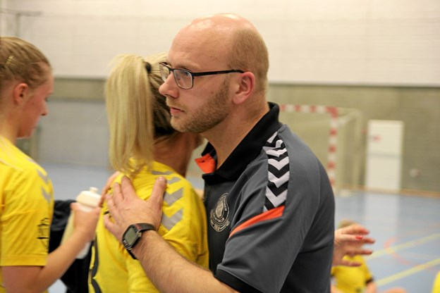 Trøstende ord til spillerne fra træner Niels Hansen. Foto: Flemming Dahl Jensen Flemming Dahl Jensen