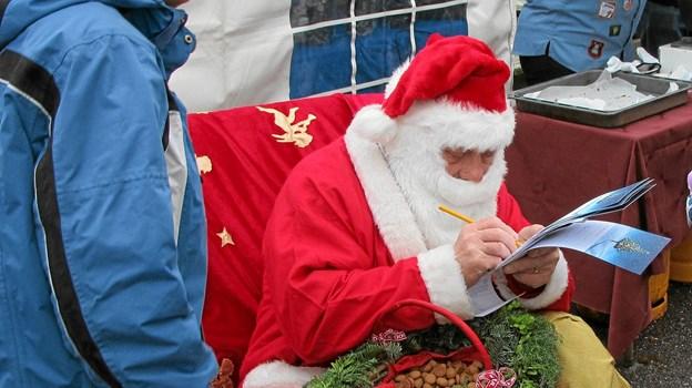 Julemanden skulle også dukke op ved juletræsfesten i Ulsted Hallen. Foto: Allan Mortensen
