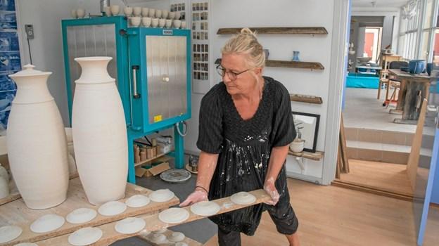Juli: Rigmor Horsevad åbnede et nyt pottemagerværksted. Det ligger med en fantastisk udsigt til havet og lige ved den store parkeringsplads ud til Kystvejen. Foto: Niels Helver Niels Helver