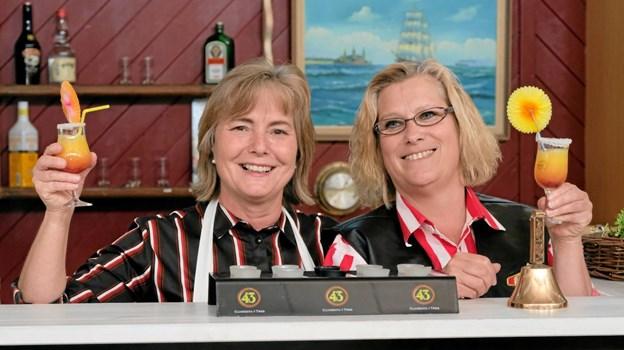 Ulla Munkebæk og Susanne Borup bag baren. De er rigtig glade for, at det med stor hjælp fra byens borgere, forretninger og erhvervsliv er lykkedes at skabe et hyggeligt samlingssted for Aktivitetscentrets brugere. Foto: Niels Helver Niels Helver