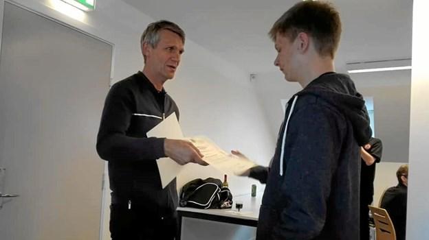 Nicolaj fik overrakt diplom med anerkendelse af hans nye grad Foto: Henrik Vandrup Henrik Vandrup