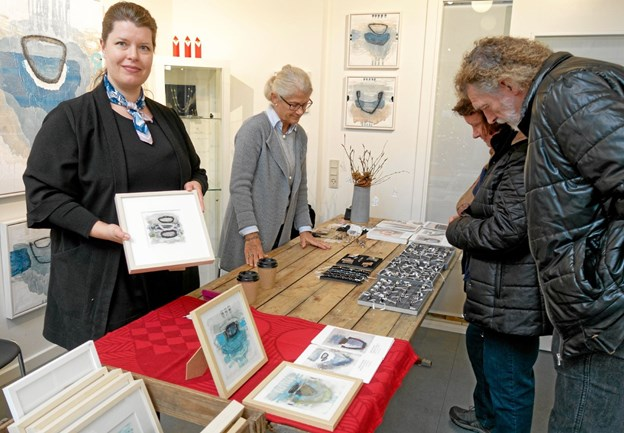 Billedkunstner Rikke Nygaard, der også er grafisk designer for Marianne Isager, og hendes mor Ellen Benedikte Nygaard viste og fortalte om deres kunsthåndværk. Foto: Niels Helver