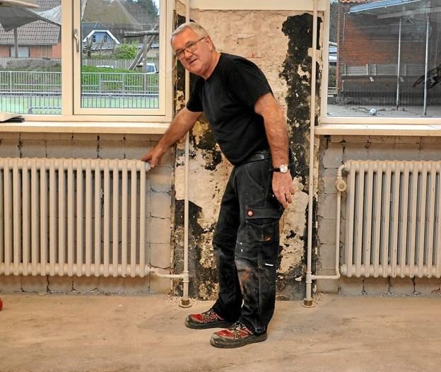 Blandt de mange arbejdsopgaver, som pedellerne har, er der også klargøring af lokaler - som her hjemkundskabslokalet på Klokkerholm Skole - når de står foran en større renovering. Foto: Ole Torp Ole Torp