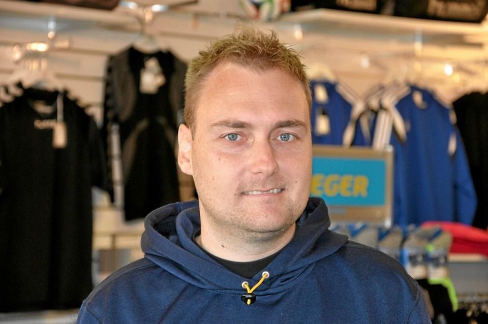 Henrik Mølgaard er indehaver af Sportigan i Arkaden i Hjallerup, og han smiler ved tanken om, hvor godt det går i forretningen, hvilket er med til at øge tiltrækningen til Hjallerup. Foto: Ole Torp Ole Torp