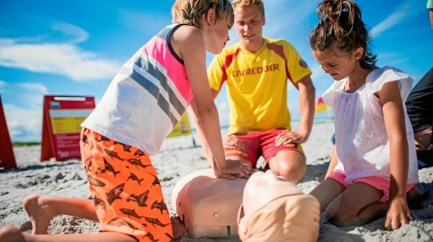 LivredderPatruljen og børn der giver hjertemassage.