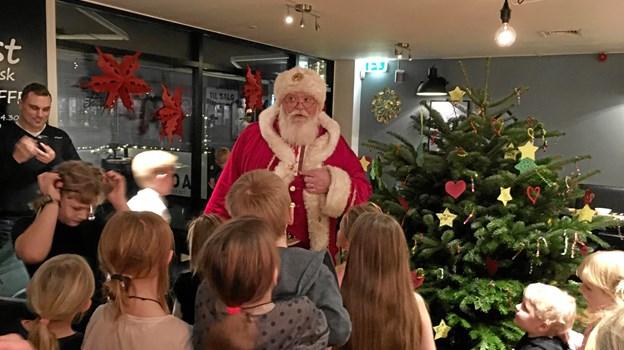 Julemanden delte gaver ud