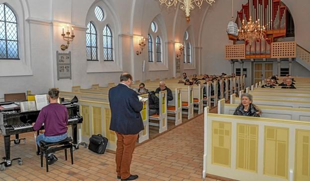 Formiddagscafé startede med morgensang i kirken. Her er det organist Asbjørn Høgholm (tv) og sognepræst Lars Lyngberg-Larsen (th). Foto: Mogens Lynge Mogens Lynge
