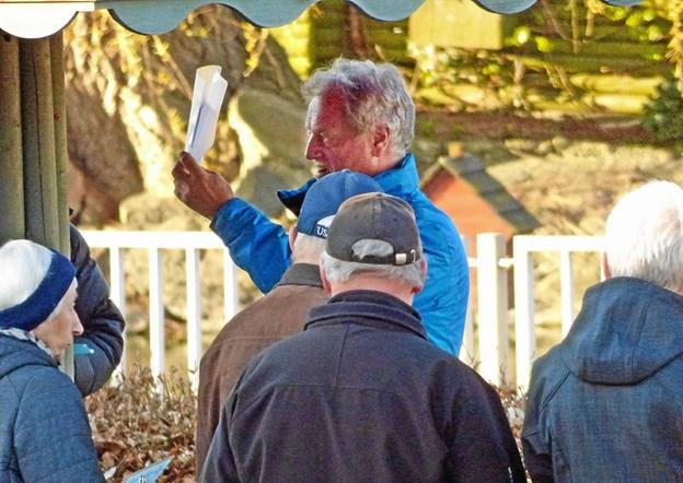 Formand for borgerforeningen i Als Hans H. Lybæk orienterer om turen, som deltagerne skal ud på, og kort tid efter var alle på farten. Foto: Ejlif Rasmussen