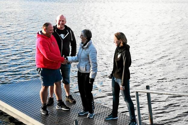 Foreningen 24 timer i Hjallerup har indgået et samarbejde med Gandrup og Omegns Borgerforening. Her ses repræsentanter fra de to foreninger på badebroen ved Teglværkssøerne. Privatfoto
