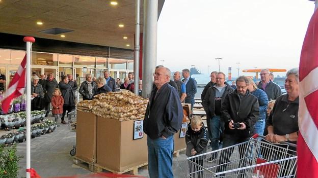 Spændte kunder ventede. Foto: Kirsten Olsen
