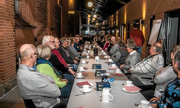 Det lange bord i Løgstør Sognehus var fyldt godt op til en aften i julesangens tegn. Foto: Mogens Lynge