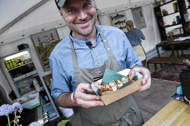 Christian Poul Petersen fra Madværkstedet havde travlt med en særlig udgave af sin hotdogs lavet af pølse og brød fra Thy, hjemmelavet ketchup og mayo-dressing og med syltede champignon på toppen. Foto: Ole Iversen