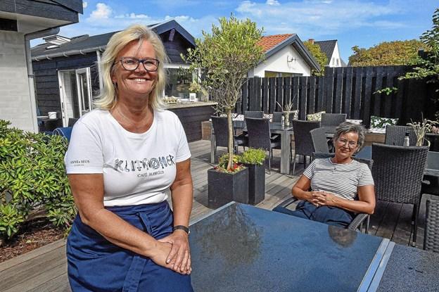 Lisbeth Kappel (tv) har haft tre travle uger, sigen Café Hawgus slog dørene op ved Annes Hus. I baggrunden Gunhild Grandjean-Thomsen, medindehaver af Annes Hus og Café Hawgus. Foto: Ole Iversen