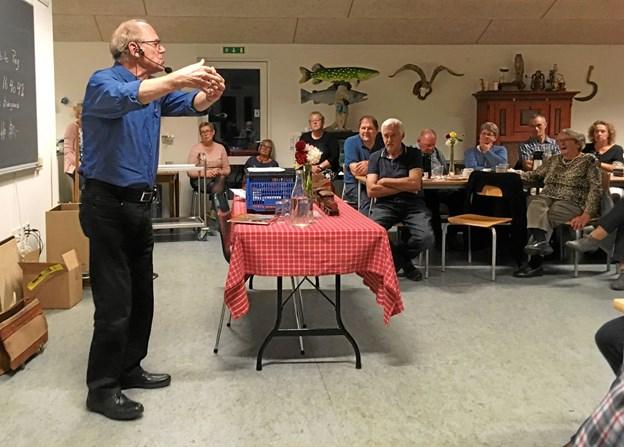 Niels Ole Ladefoged fortalte om jernbanens historie i området. Privatfoto