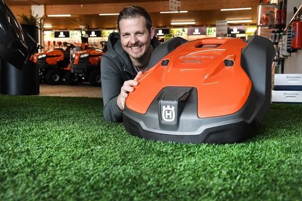Anders Laustsen fra A-T. Pejse, Skov & Havecenterglæder sig til at få alle sine robotgræsslåmaskiner ud af vinterhiet. Foto: Bent Bach.