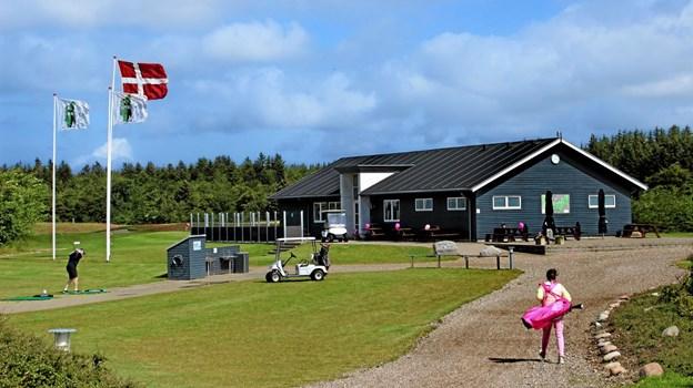 Lørdag var flaget hejst da der blev spillet golf til fordel for Kræftens Bekæmpelse. Foto: Hans B. Henriksen Hans B. Henriksen