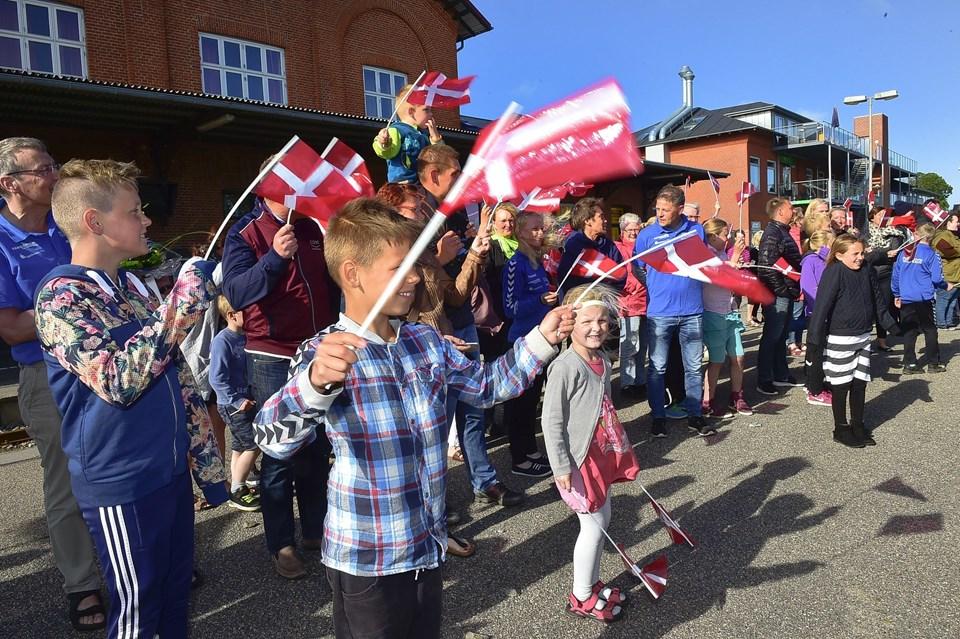 Et halvt hundrede var mødt med flag for at byde svømmerne velkommen hjem
