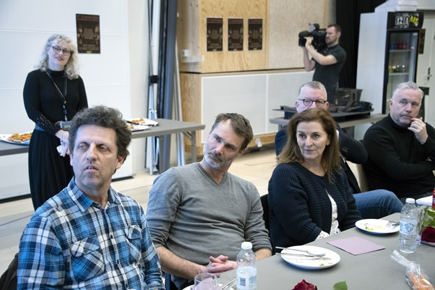 Hele holdet mødtes mandag i Vendsyssel Teaters prøvesal, hvor instruktør Kaspar Rostrup fortalte om sin vision for Et Dukkehjem.  Foto; Kurt Bering