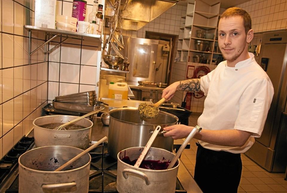 Kokken Andreas Busk er tro mod traditioner og sikrerkvalitet ved brug af de bedste råvarer. ?Foto: Peter Jørgensen Peter Jørgensen
