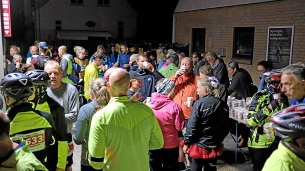 Deltagerne var meget tilfredse med traktementet. Kanelsnegle, chips og kakaomælk gør godt efter 30 km. Foto: Niels Helver Niels Helver