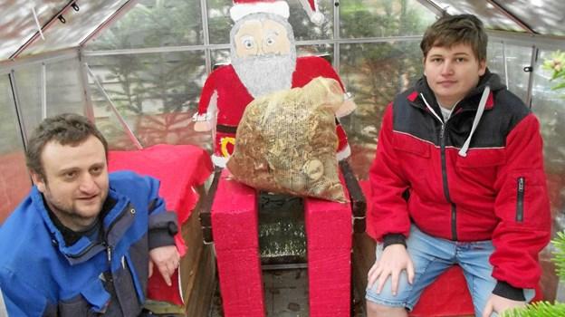 På billedet ses pædagog og virksomhedspraktikant Kent Blumensaat og Kenneth fra Sødisbakke, som har hjulpet godt til med at udføre julemand og øvrige figurer. Privatfoto
