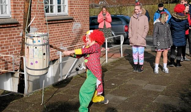 Udendørs var der tøndeslagning for de største børn. Foto: Niels Helver