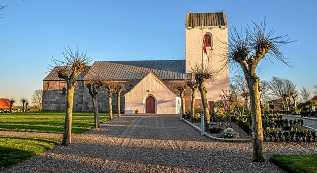 Den smukke Løgsted Kirke i solnedgangens skær tirsdag aften. Foto: Mogens Lynge Mogens Lynge