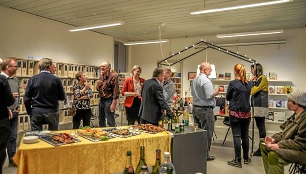 Gratulanter hygger sig med jubilaren og der er masser af mad på bordet. Foto: Mogens Lynge