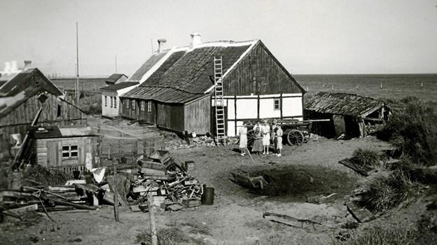Beskedne, ydmyge og utætte bygninger med masser af hjertevarme og en hel del skrammel udendørs, som her ved Det Blå Hus i 1935. Sådan var Skagen Vesterby. Foto: LOKALHISTORISK ARKIV SKAGEN