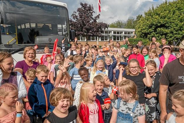 Et stort hurra for den nye bus. Foto: Niels Helver