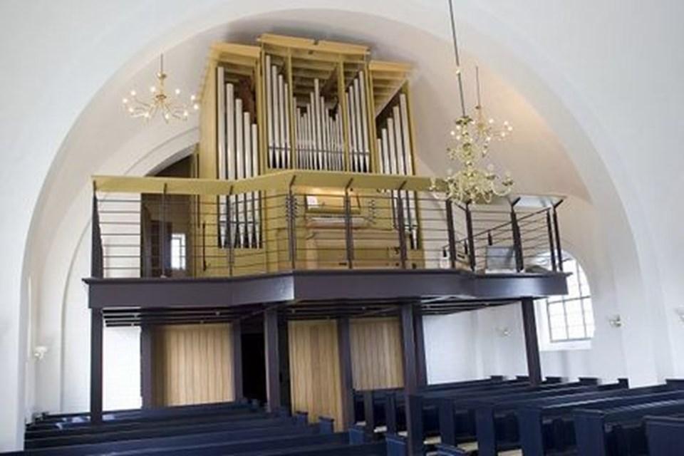 For at få plads til det nye orgel måtte der bygges et nyt pulpitur, der i sit åbne design minder lidt om broen på et skib.