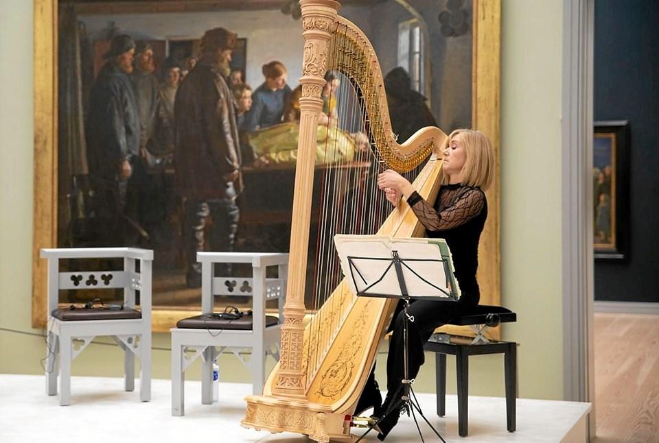 Soloharpenisten Tine Rehling leverede den musikalske ramme til prisuddelingen Foto: Skagens Kunstmuseer