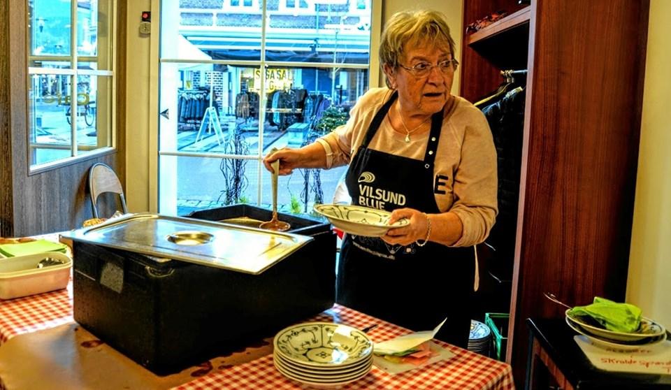Og så var der gullaschsuppe til alle, der var i Løgstør for at handle. Her svinger Lis Nielsen suppeskeen. Foto: Mogens Lynge Mogens Lynge