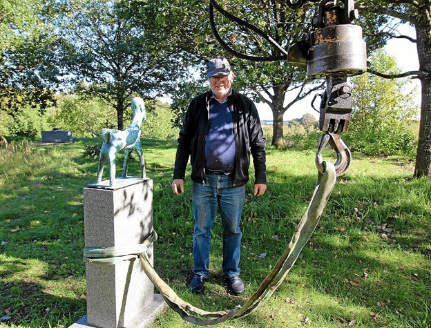 De har stået der så smukt hele sommeren, men nu fjernes de mange skulpturer. Her er det Frede Krogsgaard, der er i gang med arbejdet. Foto: Jørgen Ingvardsen