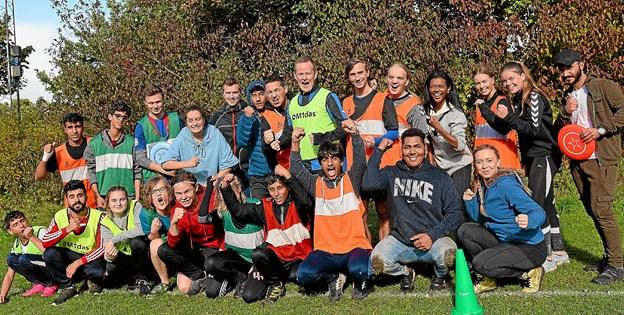 Erasmuseleverne inviterer asylansøgere fra det lokale asylcenter til frivillig idræt på gymnasiet. Foto: Jørgen Ingvardsen