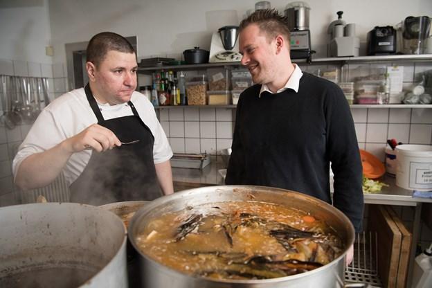 Restauratørerne Costin Cernica (tv) og Rune Thomsen er klar til at give en hjælpende hånd til familier, der ellers kan have det svært i julen.