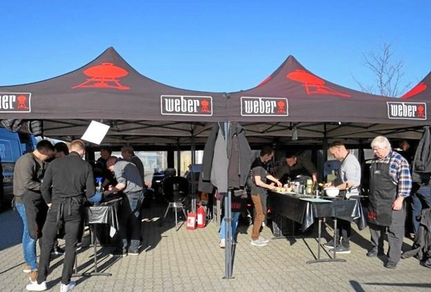 Onsdag aften før påske holdt XL-BYG Hadsund grillkursus på parkeringspladsen. Kurserne er meget populære, hvor firmaet Weber møder op med grill, telte, borde, gryder o.s.v. Vejret var denne aften perfekt til at grille i.