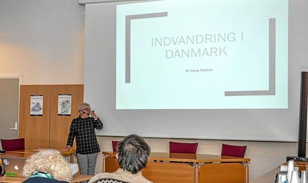 Kulturhistoriker, cand. mag. i historie og social antropologi Irene Hellvik i gang med foredraget. Foto: Mogens Lynge