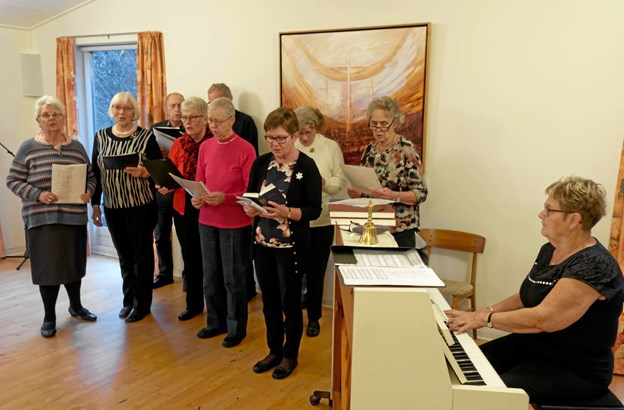 Tolne-Mosbjerg Kirkekor under ledelse af Karen Marie Andersen sang julens sange og sang for til fællessangene. Foto: Niels Helver Niels Helver