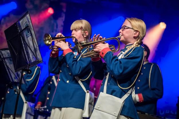 """Det to timer lange show sluttede med """"I Danmark er jeg født"""". Her mødte klassiske sangere og Hobro Garden de rytmiske musikere i en nyfortolkning med fællessang fra scenen og salen i Rosendal."""