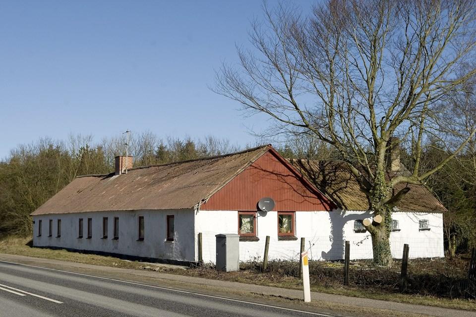 Sæbyvej 551 ved Tårs har været udlejet af Låsby-Svendsen, selv om hans køb af huset aldrig blev tinglyst. Huset står nu til nedrivning. Arkivfoto: Bente Poder