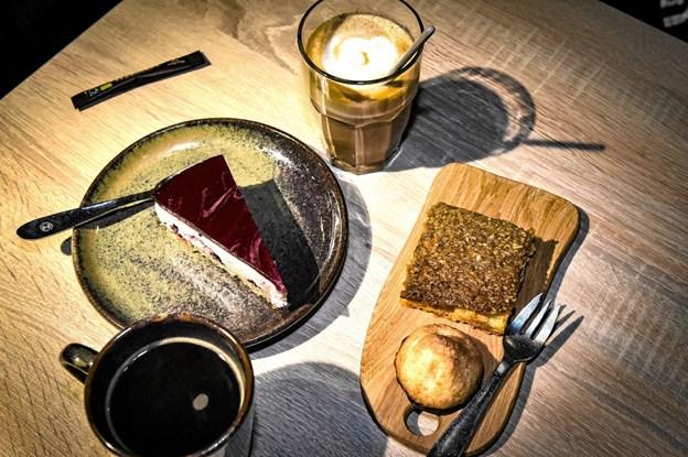 Noget af det er på Kaffeslapperas menukort: sort kaffe og latte. Cheesecake, drømmekage og hjemmelavede kokos toppe. Foto: Ole Iversen Ole Iversen