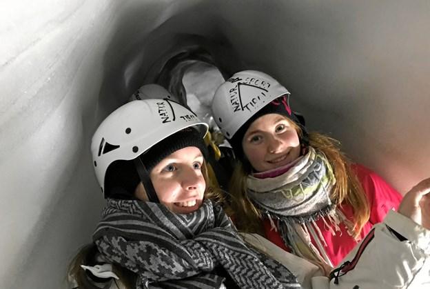 Cecilie Woldum Pedersen og Sarah Kristiansen i Natur Eis Palast, som er en stor og imponerende gletsjerspalte i Østrig Privatfoto