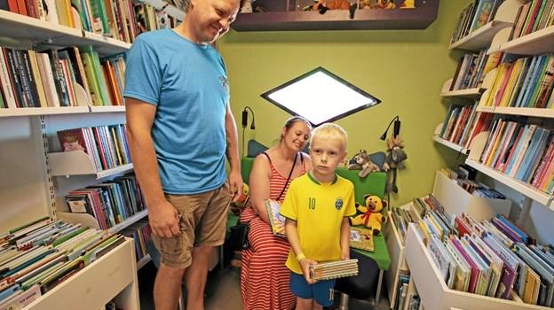 Janus på seks år er sammen med mor og far på besøg i bogbussen for at låne bøger til ferien. Foto: Jørgen Ingvardsen