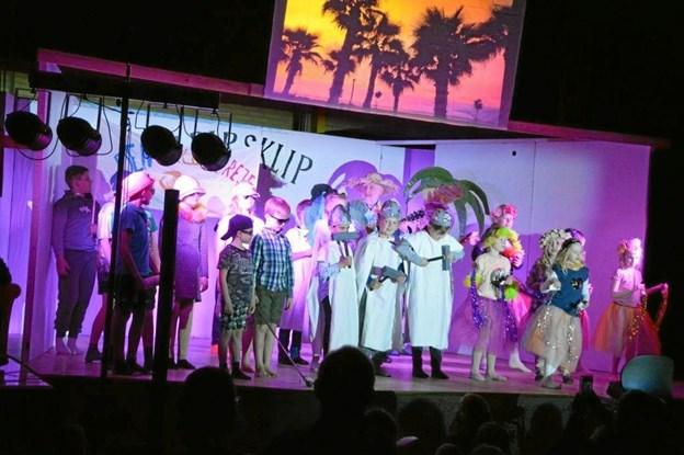 """""""Jeg bor til leje på Hawaii"""" var tema for et af optrinene under skolefesten. Privatfoto"""