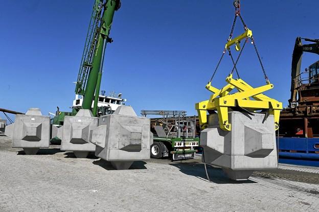 Snart opstilles både en 30 tons Cubic-Pod ved Infocentret og en 15 tons, som her losses. Desuden vil en 22 tons granitblok også få sin plads ved infocentret. Arkivfoto