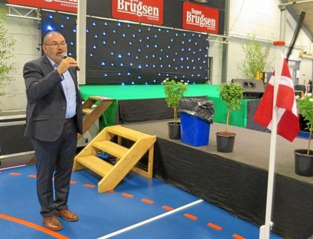 Formand for Hadsund Handel, Jørgen Myrup bød velkommen, da messen åbnede lørdag formiddag. Hallerne var smukt pyntet og det var alle de 49 stande også med flag, blomster, planter, dekorationer og balloner. Foto/tekst: hans@hhr-freelance.dk