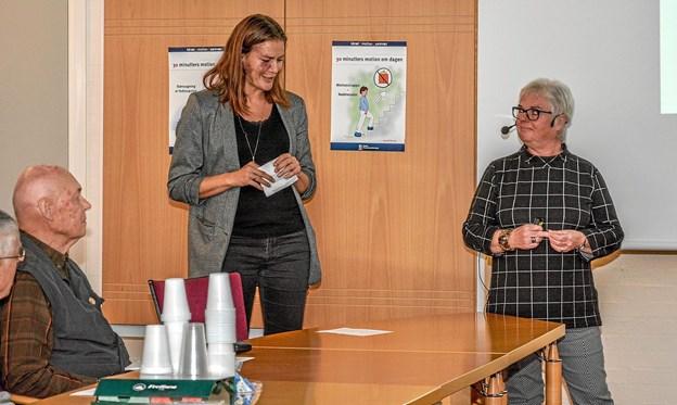Formanden for Folkeuniversitet Vesthimmerland Rikke Christensen (tv) bød velkommen til aftenens foredragsholder Irene Hellvik. Foto: Mogens Lynge